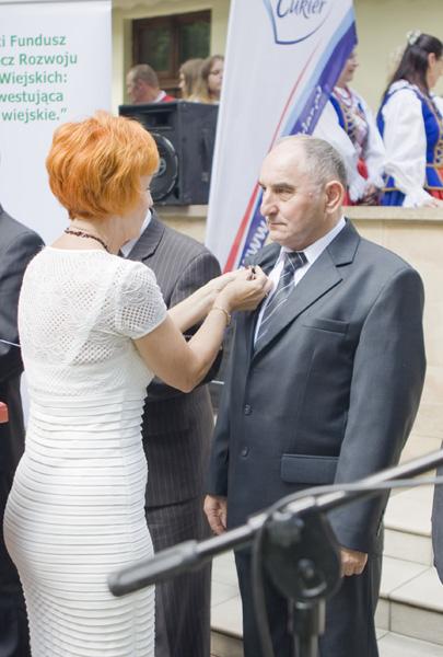 Wicewojewoda Kujawsko-Pomorski, Pani Elżbieta Rusielewicz odznacza Pana Adama Mądrowskiego odznaką 'Zasłużony dla Rolnictwa'