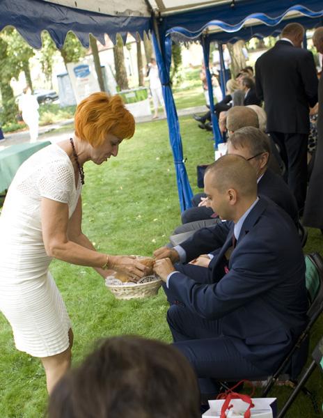 Pani Elżbieta Rusielewicz, wicewojewoda kujawsko-pomorski dzieli się chlebem dożynkowym