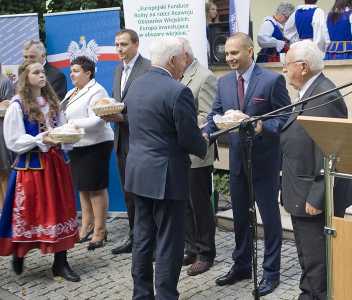 Pan Piotr Augustyniak, dyrektor handlowy SHiUZ Bydgoszcz również otrzymał bochen dożynkowego chleba