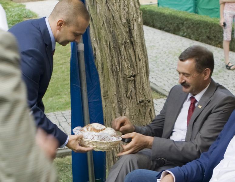 Dożynkowym chlebem częstuje się Pan Piotr Depta, prezydent Kujawsko-Pomorskiego Związku Hodowców Bydła