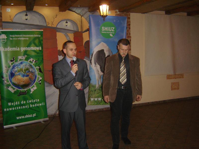 Od lewej: Piotr Augustyniak, dyrektor handlowy SHiUZ Bydgoszcz, i Stanisław Użarowski, dyrektor regionu SHiUZ Bydgoszcz witają gości na zabawie karnawałowej w Komornikach k. Poznania