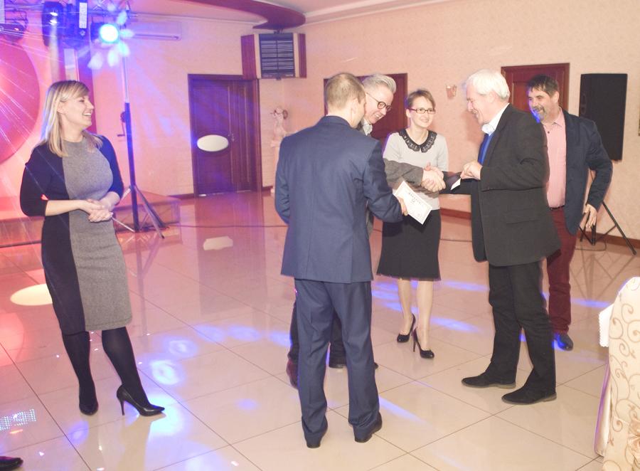Pan Piotr Augustyniak, dyrektor handlowy SHiUZ Bydgoszcz (pierwszy z lewej), otrzymuje podziękowania za współpracę z hodowcami ze Złotnik Kujawskich i okolic od Pan Piotra Woźniaka, przewodniczącego Rady Gminy Złotniki Kujawskie