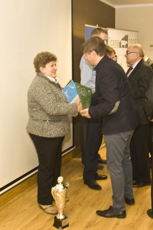 Pan Bogdan Kubacki (w środku) z pamiątkowym pucharem za osiągnięte wyniki w produkcji mleka w roku 2015. Towarzyszą mu (od lewej): Pan Piotr Depta i Pan Marek Wrzała