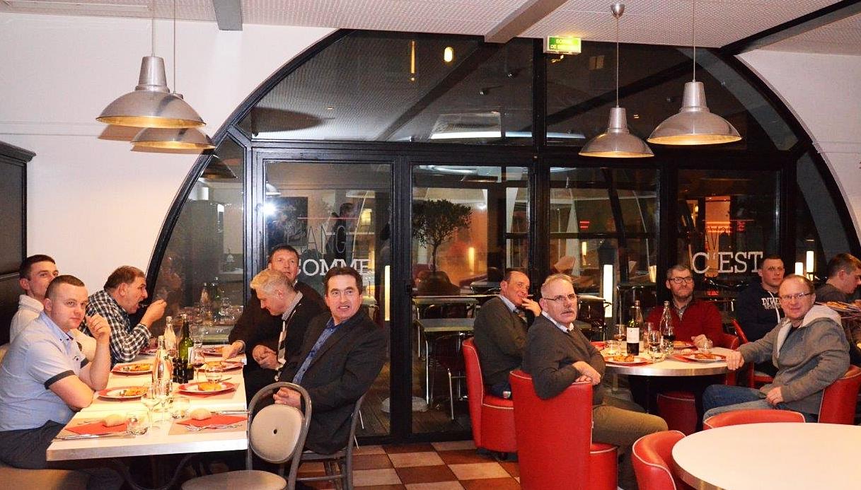 Pierwsza wspólna kolacja. Na pierwszym planie od lewej: Pan Ernest Wałach, za nim: Pan Łukasz Kozak. Pierwszy z prawej: Pan Robert Pawlak