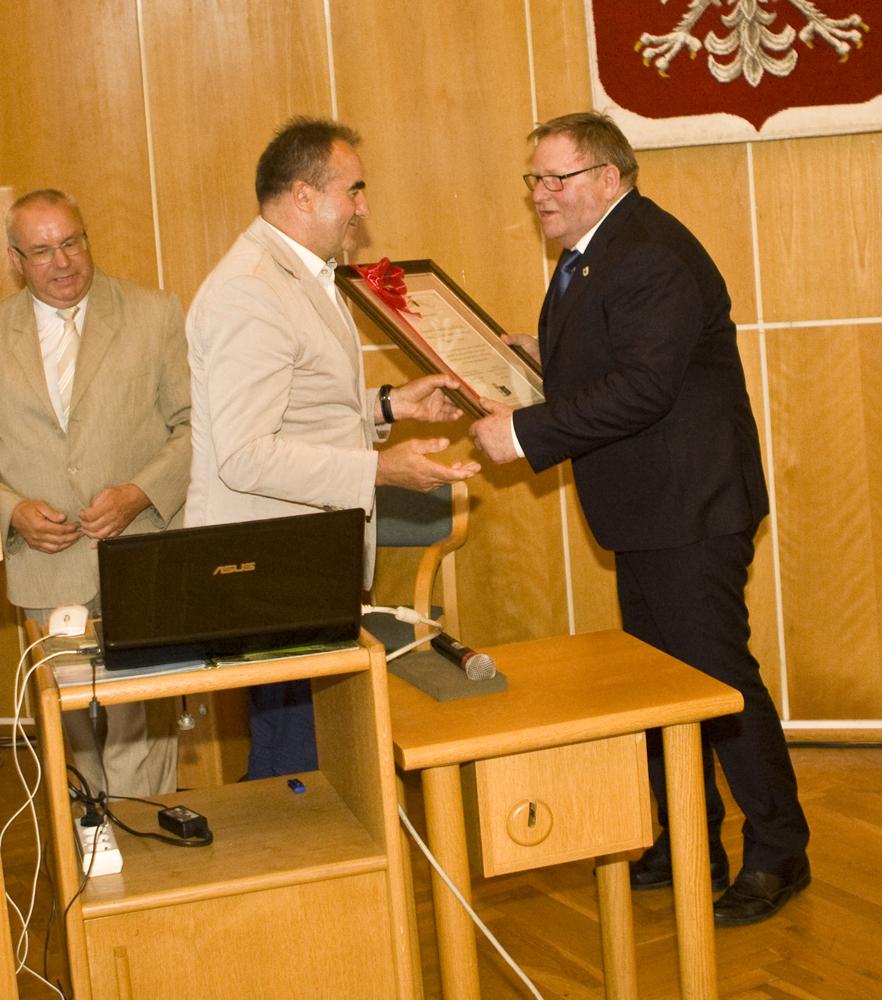 Pan Ryszard Bober,  przewodniczący Sejmiku Kujawsko-Pomorskiego, składa na ręce Pana Ryszarda Kierzka, prezesa Kujawsko-Pomorskiej Izby Rolniczej  gratulacje z okazji XX-lecia Kujawsko-Pomorskiej Izby Rolniczej