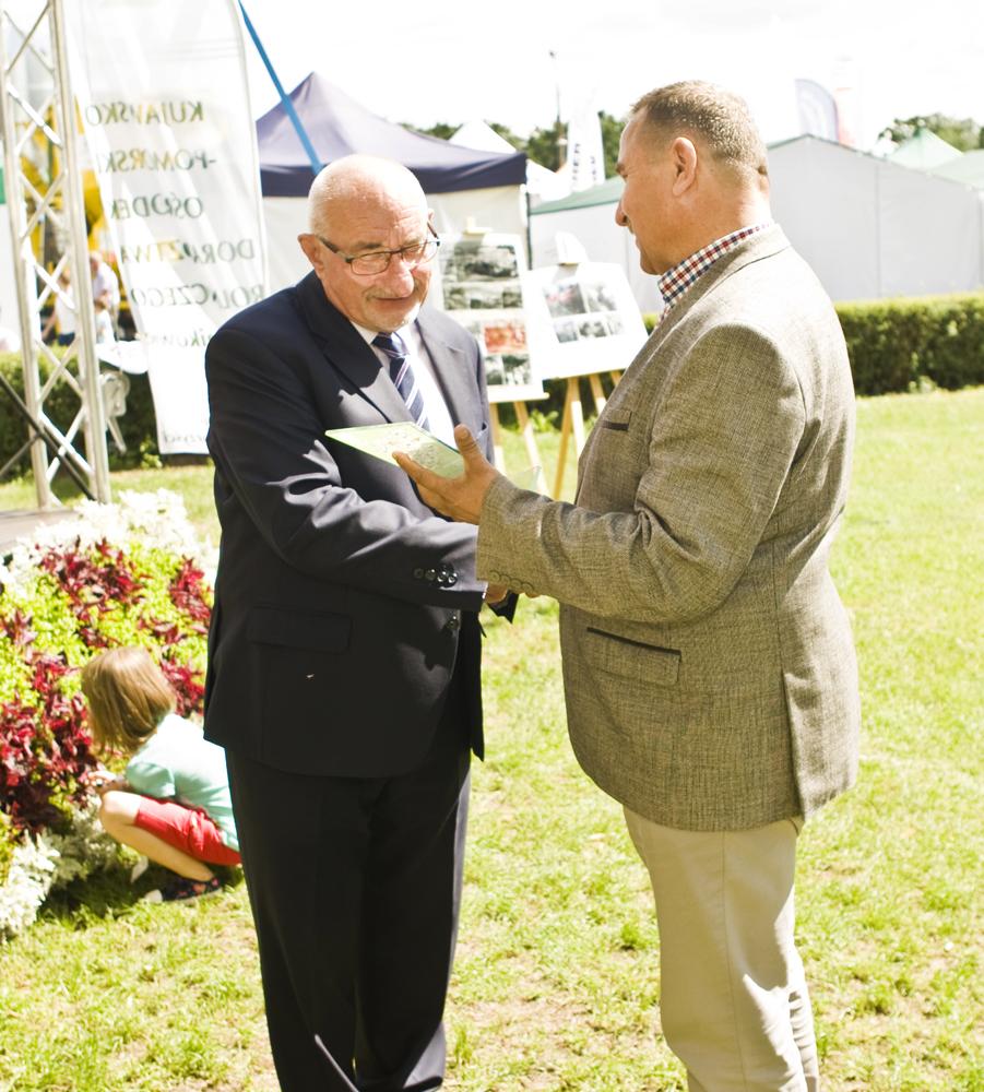 Od lewej: Pan Roman Sass, dyrektor Kujawsko-Pomorskiego Ośrodka Doradztwa Rolniczego, Pan Pan Mariusz Wykrzykowski, członek Zarządu SHiUZ Bydgoszcz