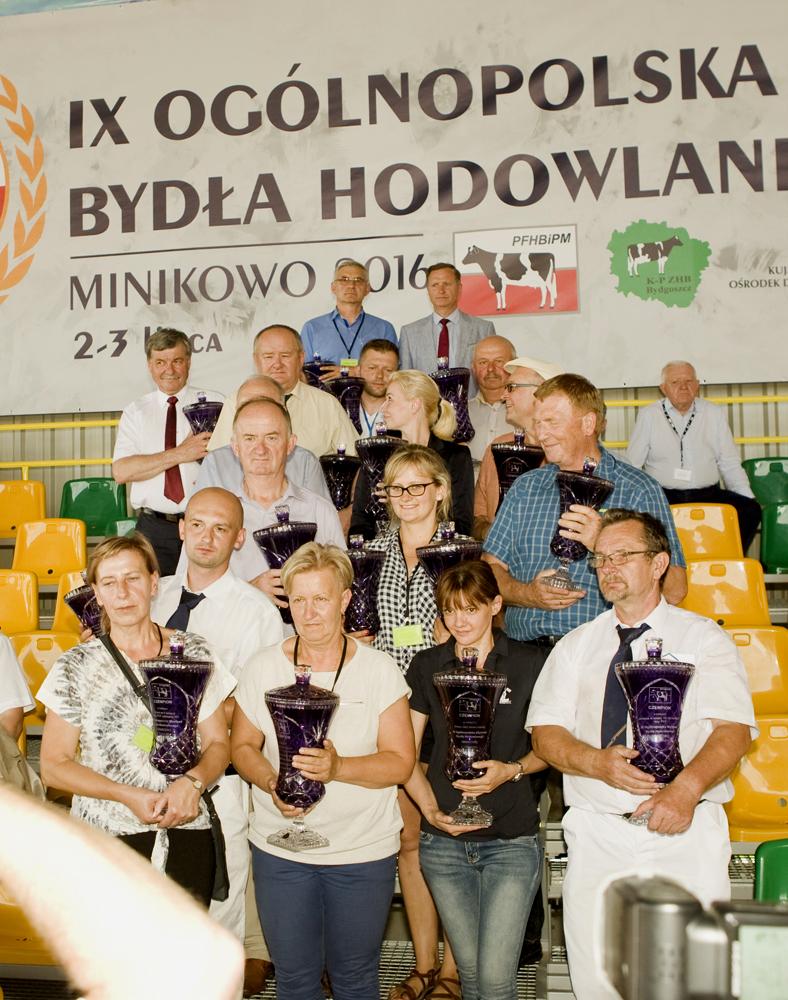 Hodowcy krów i jałówek - zdobywczyń tytułów w czasie IX Ogólnopolskiej Wystawy Bydła Hodowlanego w Minikowie, nagrodzeni pucharami PFHBiPM za swoje wspaniałe zwierzęta