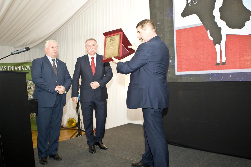 Pan Wiesław Drewnowski, prezes SHiUZ Bydgoszcz, dumnie prezentuje pamiątkowy grawerton od Polskiej Federacji Hodowców Bydła i Producentów Mleka