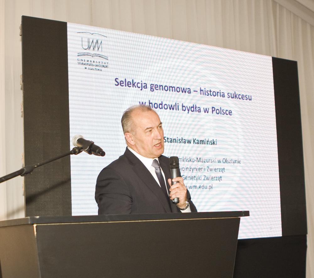 Pan prof. Stanisław Kamiński, kierownik Katedry Genetyki Zwierząt UWM w Olsztynie, przedstawia historię badań nad selekcją genomową bydła w Polsce