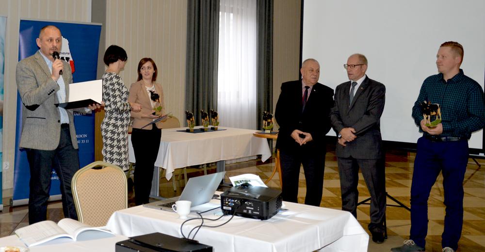 Hodowcom z wyróżniającymi się wynikami produkcyjnymi w imieniu Zarządu SHiUZ Bydgoszcz gratulacje składa Grzegorz Wojtkielewicz