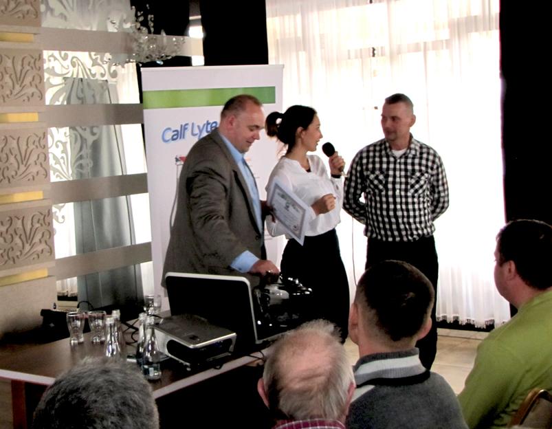 Adam Budzyński, dyrektor Oddziału w Zamościu, wręcza szczęśliwemu zdobywcy kupon na nasienie buhaja Money ET