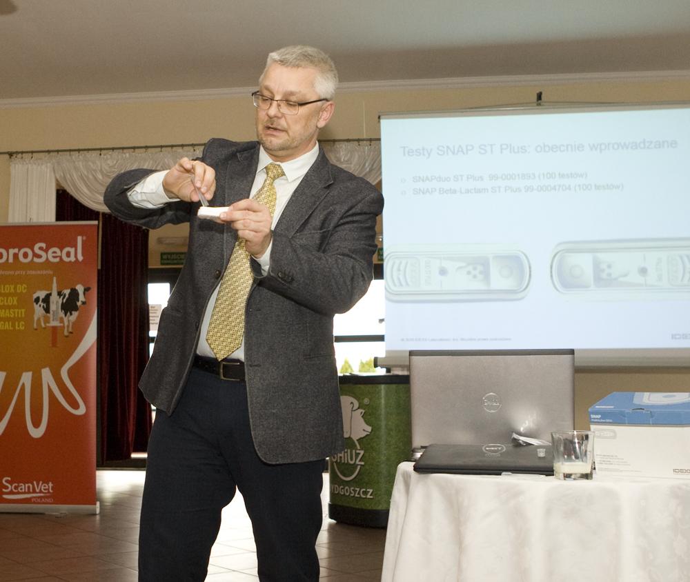Bartłomiej Stańczak prezentuje użycie testera firmy IDEXX Laboratories