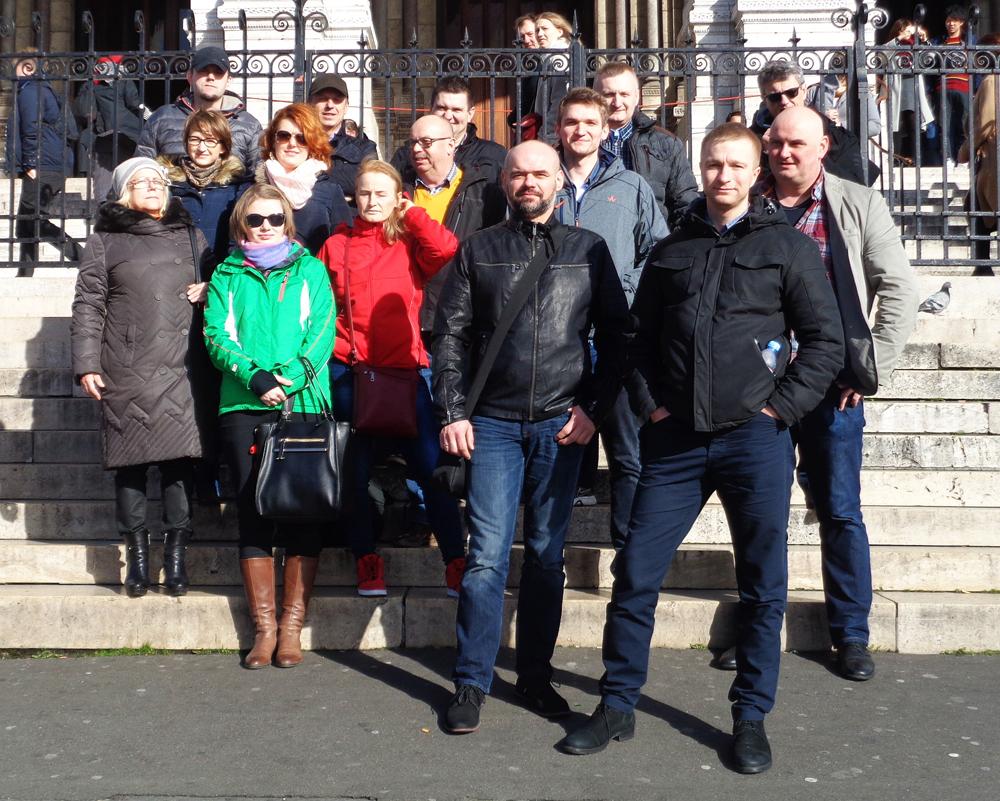 Część grupy SHiUZ Bydgoszcz na schodach bazyliki Sacre Coeur