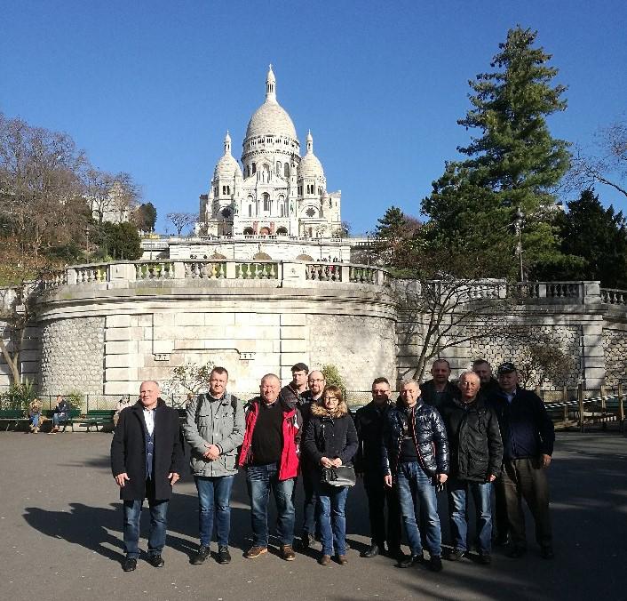 Grupa SHiUZ Bydgoszcz na tle bazyliki Sacre Coeur - jednego z symboli Paryża