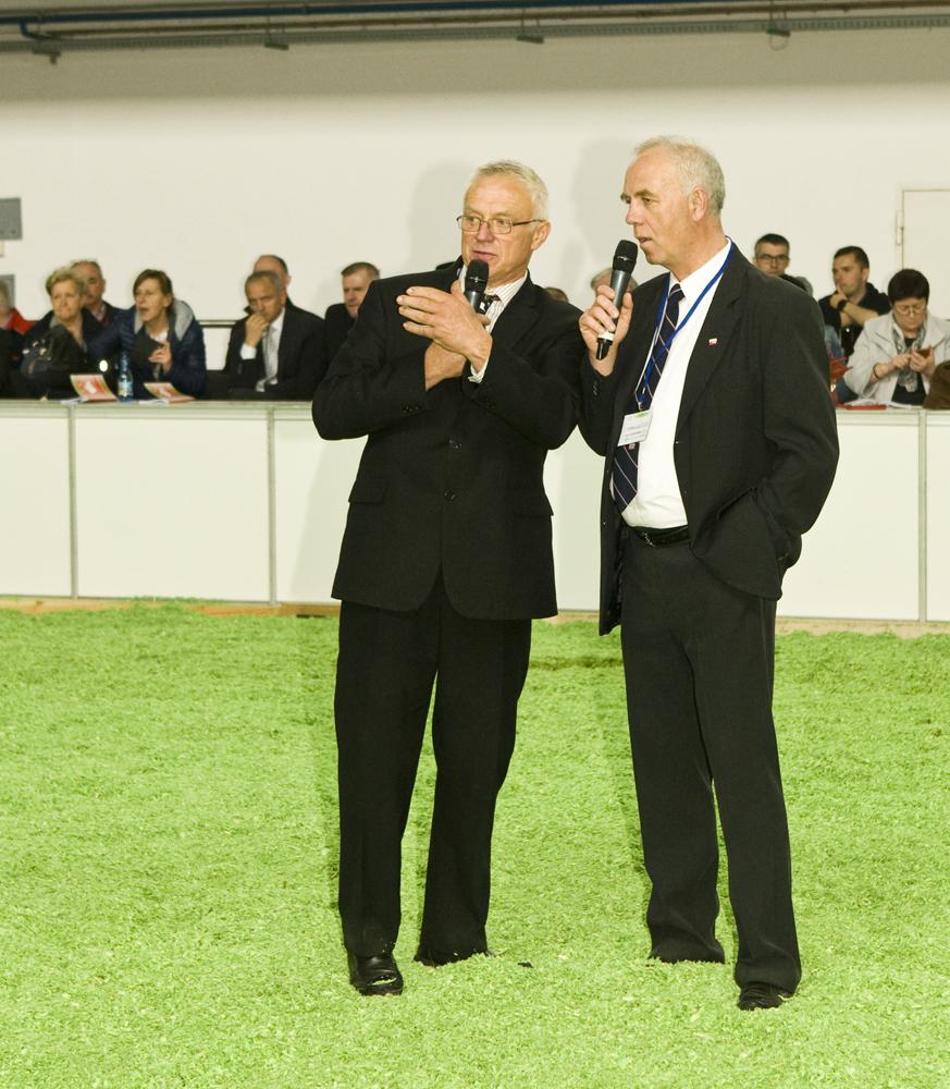 Od lewej: Ken Proctor, sędzia główny ds. oceny bydła ras mlecznych, któremu asystuje Roman Januszewski, XXVIII KWZH w Poznaniu