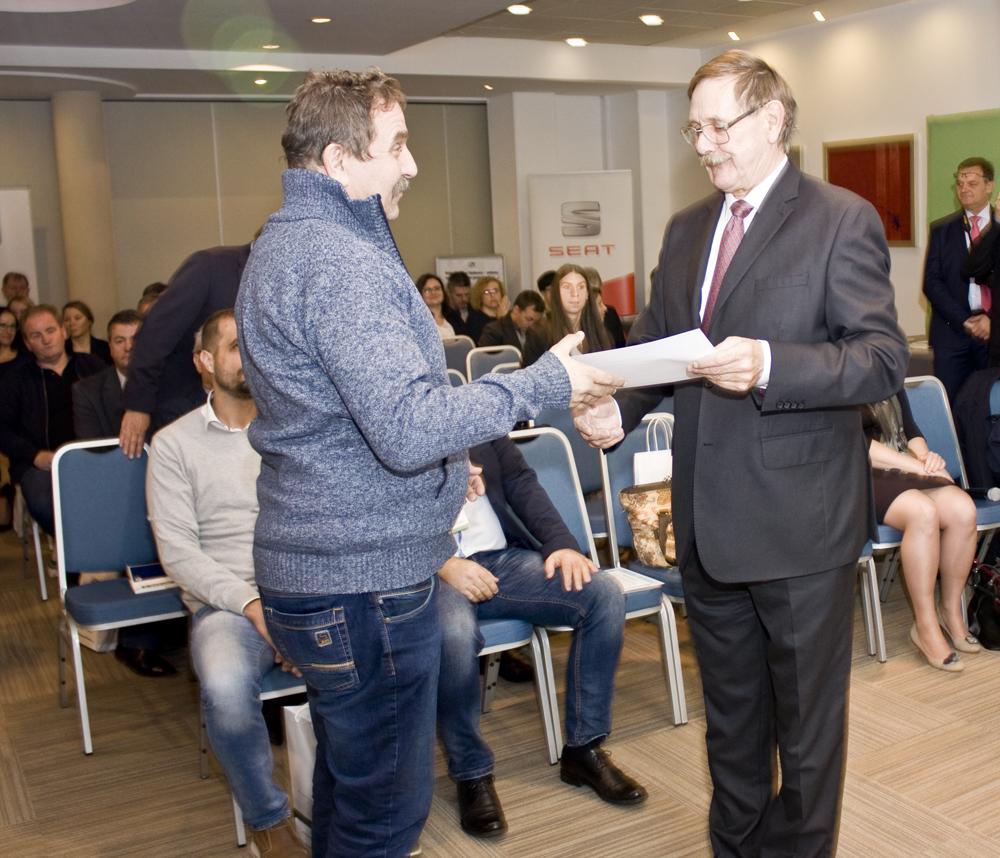 Mariusz Wykrzykowski, członek Zarządu SHiUZ Bydgoszcz, odbiera podziękowanie z rąk Romana Witkowskiego, prezesa ZP-DiWR