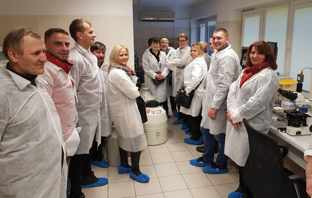 Uczestnicy Dni Otwartych w trakcie zwiedzania laboratorium w Centrum Produkcyjnym Programu EBP w Olecku