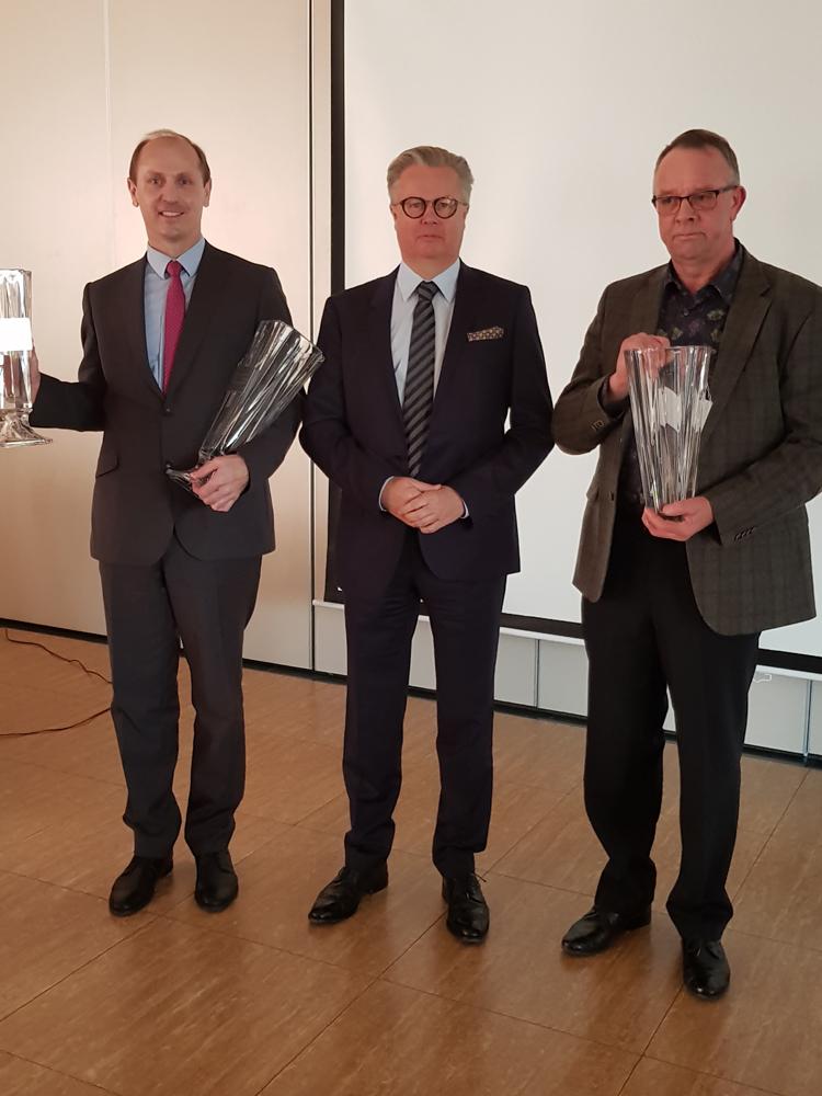 Puchary przedstawicielom najlepszych gospodarstw liczących 150,1-300 szt wręcza Adam Gałgański, wiceprezes SHiUZ Bydgoszcz