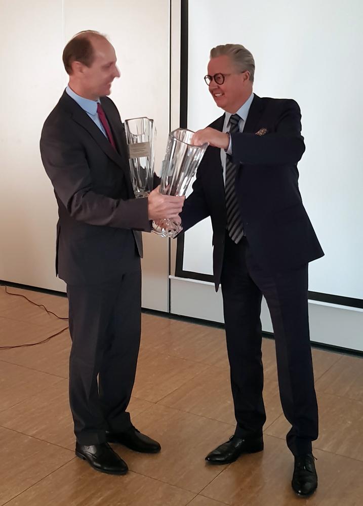 Przedstawiciel OHZ OSIĘCINY Sp. z o.o. odbiera z rąk Adama Gałgańskiego, wiceprezesa SHiUZ Bydgoszcz, puchary za zajęcie I i II miejsca w kategorii gospodarstw od 150,1 do 300 szt krów
