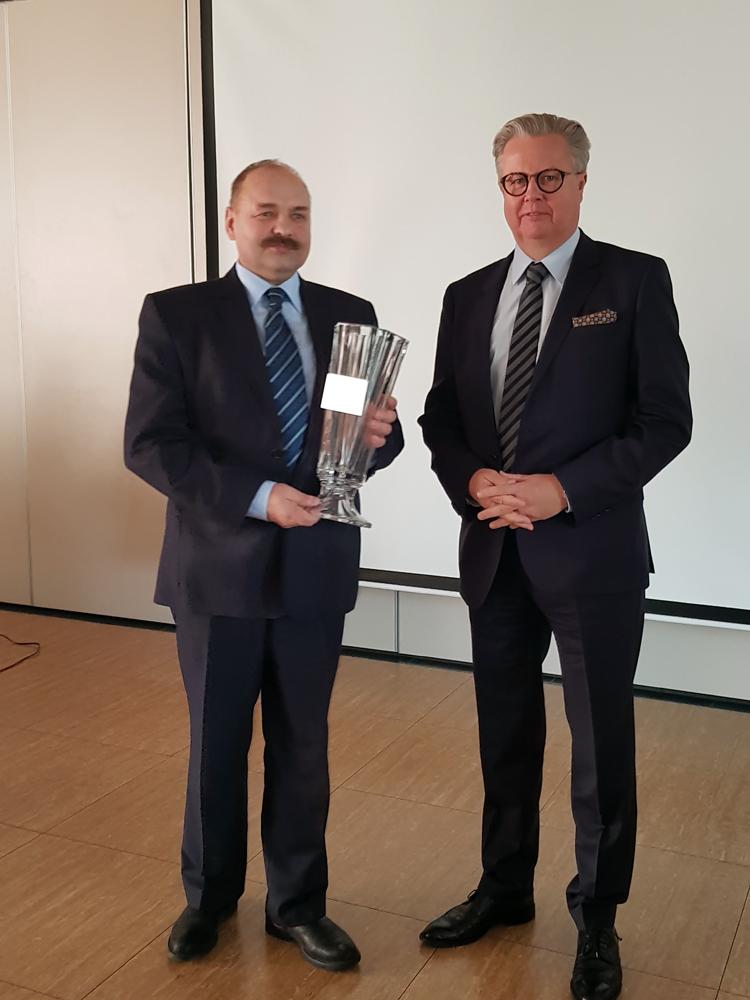 Puchar i gratulacje za zajęcie II miejsca w kategorii 50,1-150 szt na ręce przedstawiciela SK Dobrzyniewo przekazuje Adam Gałgański, wiceprezes SHiUZ Bydgoszcz