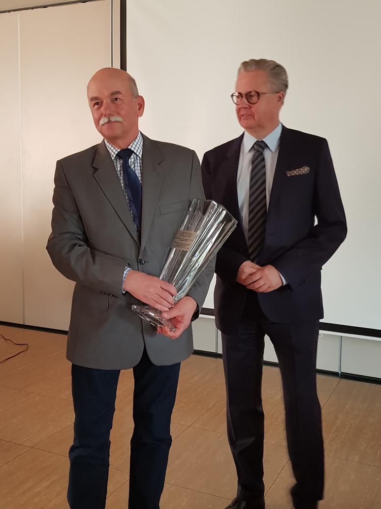 Puchar i gratulacje za zajęcie I miejsca w kategorii 50,1-150 szt na ręce przedstawiciela SK Nowe Jankowice przekazuje Adam Gałgański, wiceprezes SHiUZ Bydgoszcz