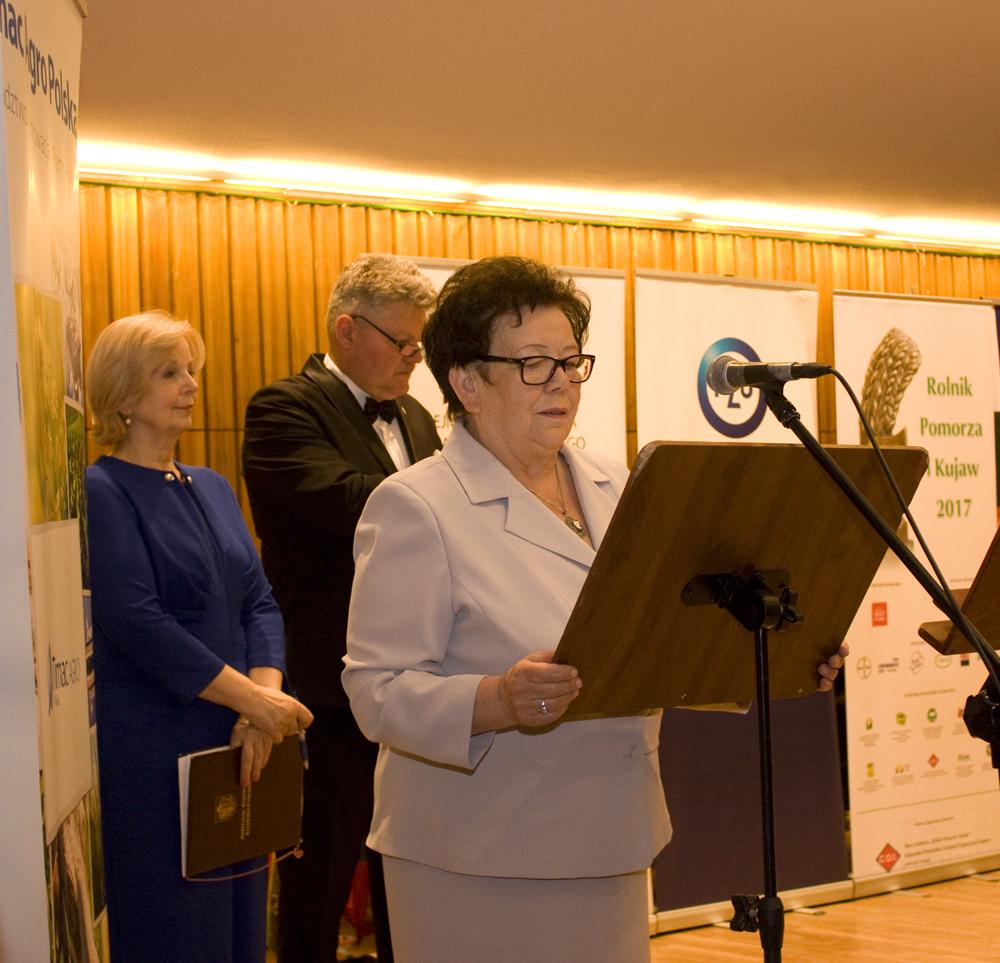 Zofia Kozłowska, przewodnicząca Kapituły Konkursu Rolnik Pomorza i Kujaw, wita przybyłych na Koncert Galowy z okazji XV-lecia Konkursu