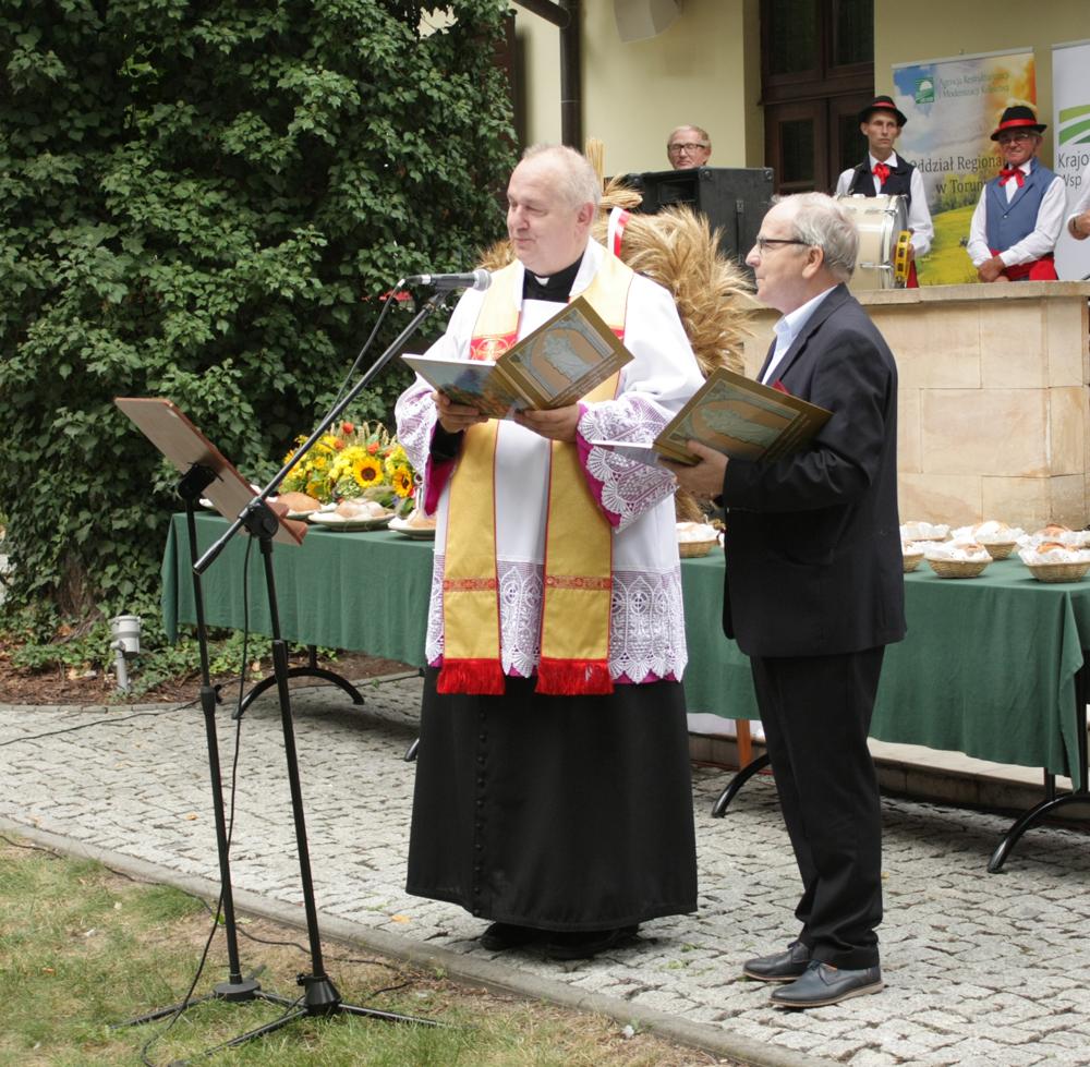 ks. Grzegorz Karolak i Janusz Polak rozpoczynają uroczystości w parku przy Dworku Prezydenta
