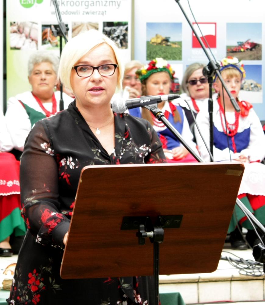 Emilia Godlewska czyta list skierowany przez Andrzeja Dudę, prezydenta RP, do uczestników Dożynek Rolników Pomorza i Kujaw