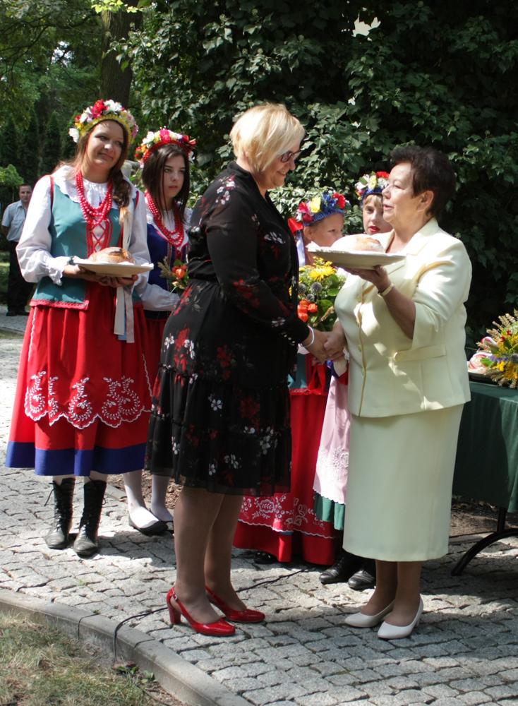 Emilia Godlewska odbiera w imieniu Prezydenta RP z rąk Zofii Kozłowskiej, przewodniczącej Kapituły Konkursu Rolnik Pomorza i Kujaw symboliczny bochen dożynkowego chleba