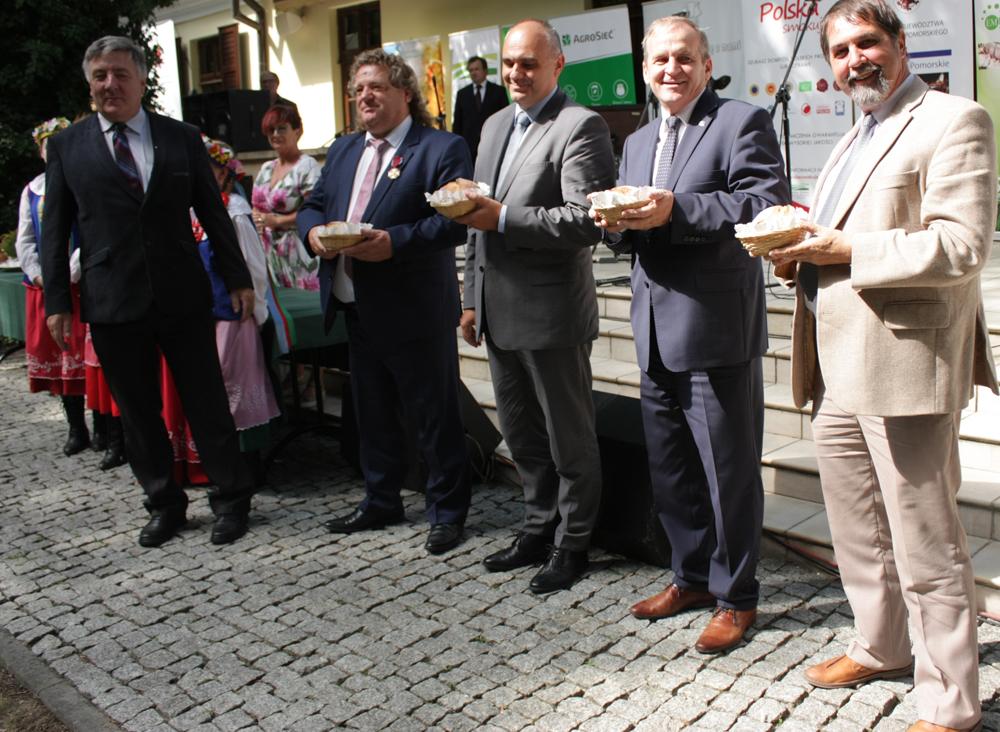 Pierwszy z prawej: Wiesław Drewnowski, prezes Zarządu SHiUZ Bydgoszcz. Uroczyste przekazanie dożynkowego chleba w czasie Dożynek Rolników Pomorza i Kujaw, Ciechocinek 2018