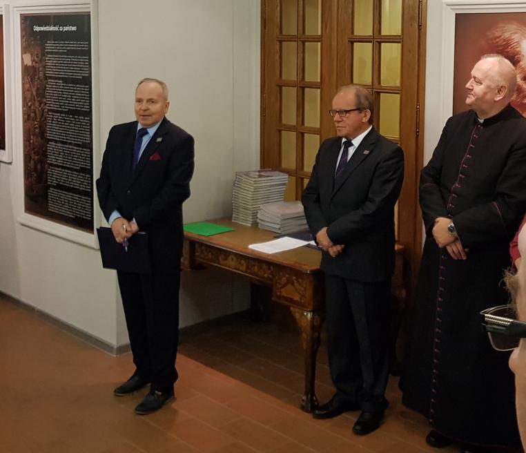 Od lewej: Janusz Polak, dyrektor COI, Józef Łyczak, senator, ks. Grzegorz Karolak, proboszcz kolegiaty Świętych Apostołów Piotra i Pawła