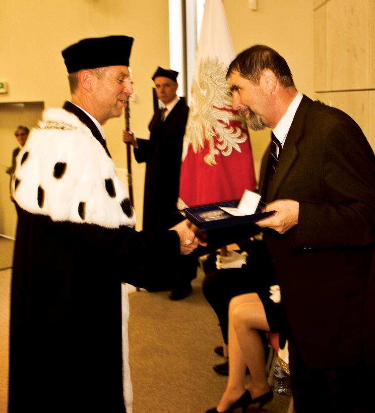 Wiesław Drewnowski, prezes SHiUZ Bydgoszcz otrzymuje z rąk prof. Jacka Wróbla, rektora ZUT, medal 'Za szczególne zasługi dla Uczelni'