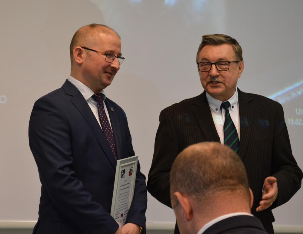 Od lewej: Robert Nowacki, dyrektor WMODR Oddział w Olecku, Zdzisław Kamiński, emerytowany dyrektor ODR Oddział w Olecku