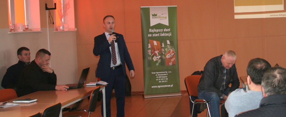 Stefan Grodzki, wójt gminy Kulesze Kościelne, wita hodowców przybyłych na spotkanie