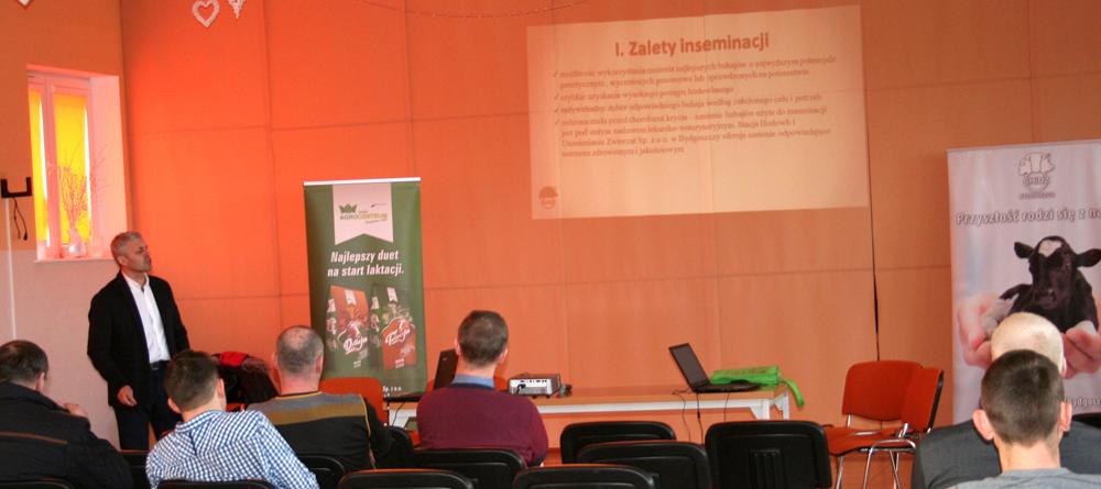 Bogdan Godlewski, specjalista ds. hodowli  SHiUZ Bydgoszcz Oddz. w Piątnicy, omawia zagadnienia związane z inseminacją bydła i przedstawia najnowszą ofertę genetyki SHiUZ. Spotkanie hodowców, Kulesze Kościelne