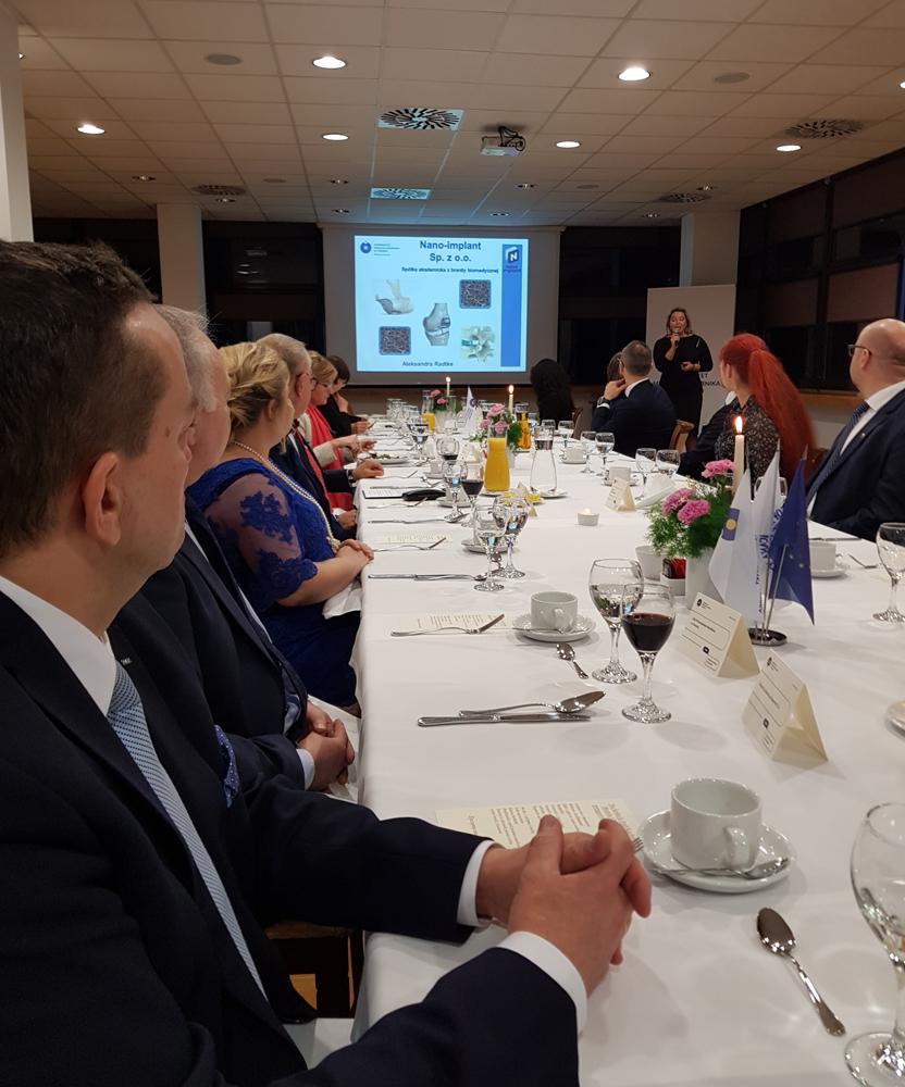W czasie uroczystej kolacji dla partnerów biznesowych UMK odbywały się prezentacje firm