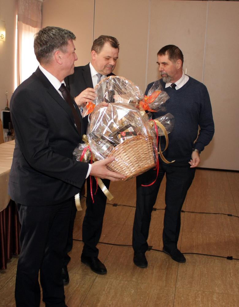 Spotkanie w Łysomicach było okazją do złożenia gratulacji Piotrowi Doligalskiemu  (w środku), nowo wybranemu prezydentowi Kujawsko-Pomorskiego Związku Hodowców Bydła oraz Januszowi Nalewalskiemu (pierwszy od lewej), dyrektorowi Regionu Oceny Bydgoszcz PFHBiPM, które przekazuje Wiesław Drewnowski, prezes SHiUZ Bydgoszcz