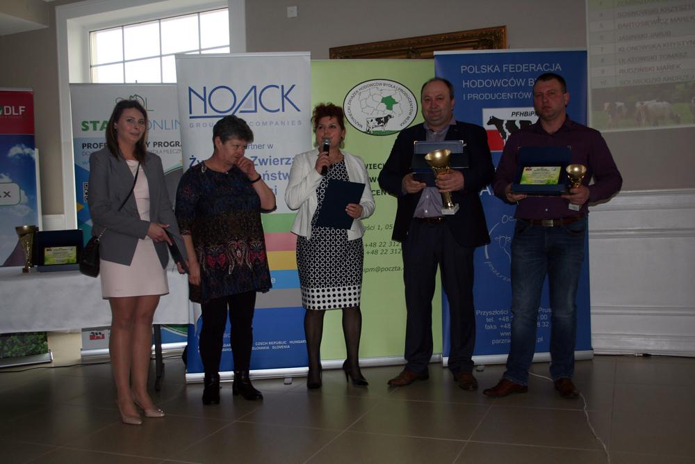 Uroczysty moment uhonorowania właścicieli najlepszych obór w powiecie przasnyskim, Sierakowo 14.03.2019