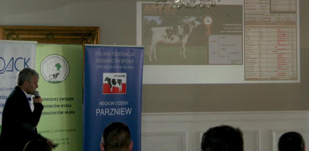 Bogdan Godlewski, specjalista ds. hodowli SHiUZ Bydgoszcz, prezentuje najlepszego polskiego buhaja ARTUS, Sierakowo 14.03.2019