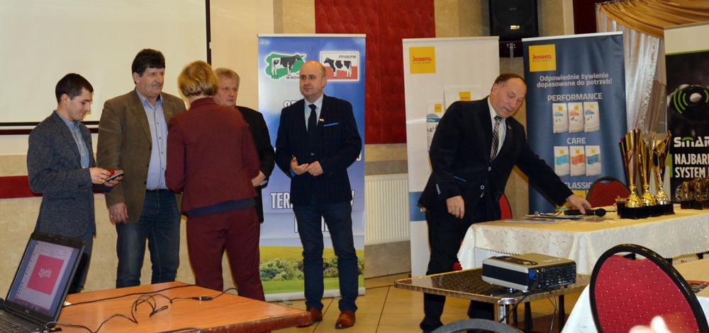 W środku: Marek Juniewicz, prezes Koła Terenowego w Iławie Warmińsko-Mazurskiego Związku Hodowców Bydła Mlecznego. Uroczyste uhonorowanie hodowców z najlepszymi wynikami w roku 2018