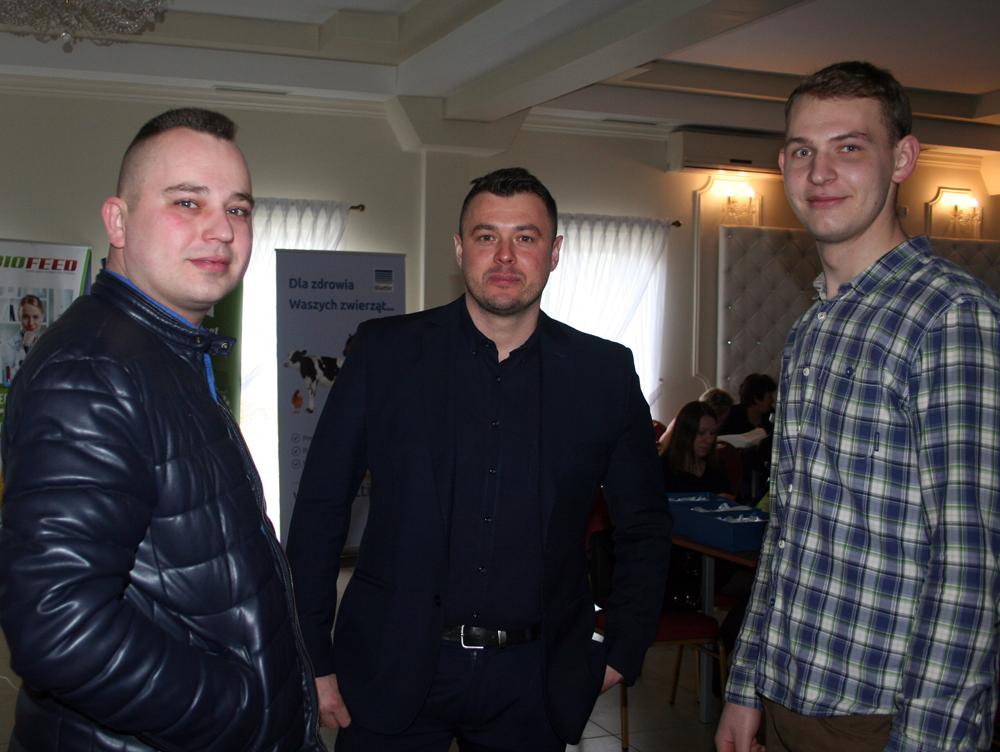 Adam Pogroszewski (pierwszy z lewej), menedżer rejonu, z hodowcami