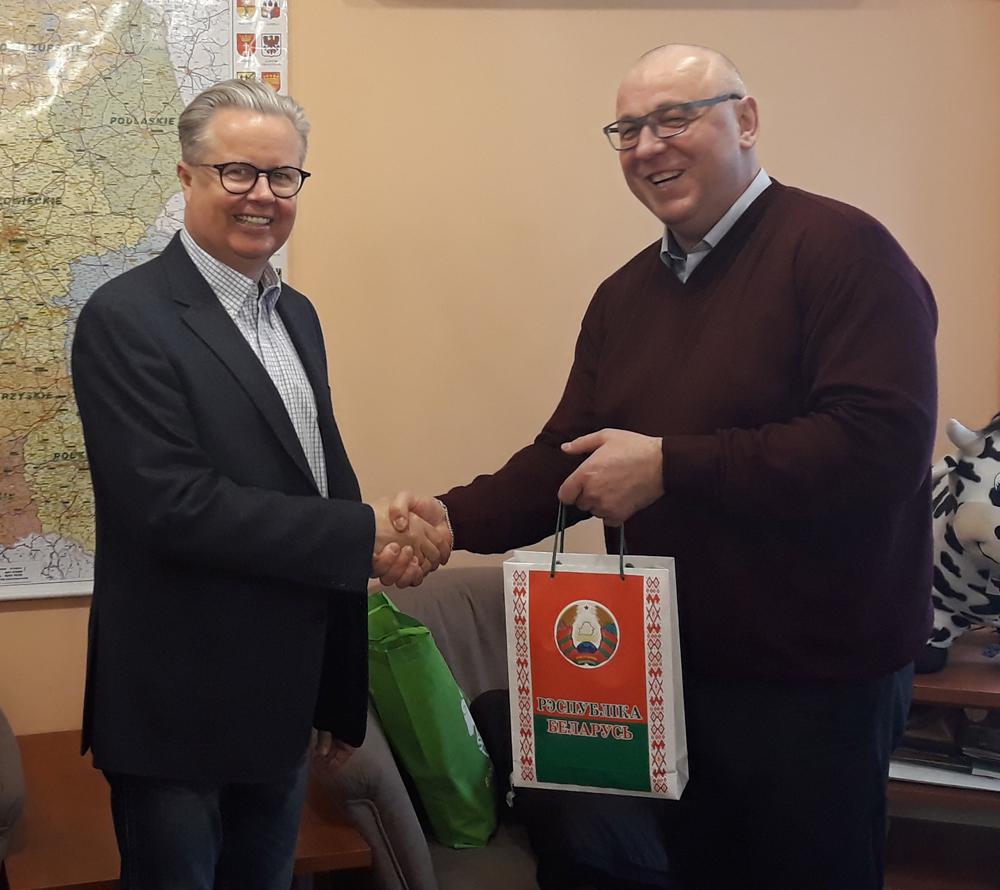 Pierwszy z prawej: Anatolij Khatsko, generalny dyrektor BELPLEMZHIVOBIEDINENIE, Adam Gałgański, wiceprezes SHiUZ Bydgoszcz