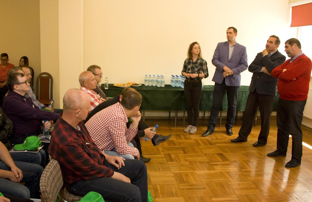 Grupę zootechników PFHBiPM w siedzibie SHiUZ Bydgoszcz witają: (od prawej) Wiesław Drewnowski, prezes, oraz Mariusz Wykrzykowski, członek Zarządu SHiUZ Bydgoszcz, Łukasz Urbański, PFHBiPM, Marietta Gąsiorowska, SHiUZ Bydgoszcz
