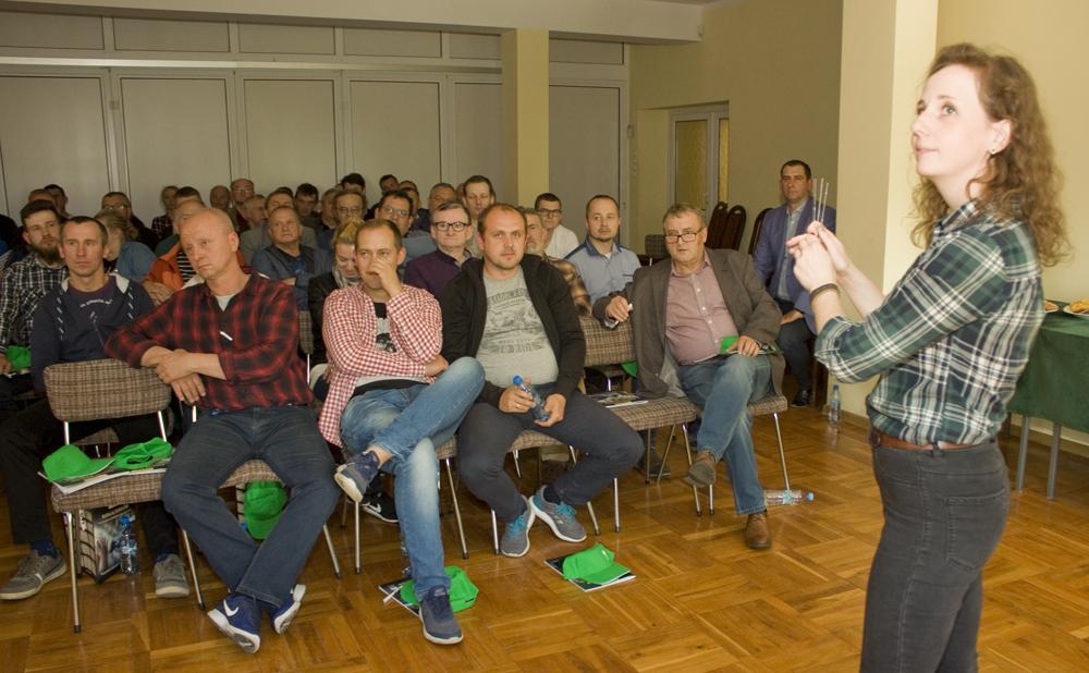 Marietta Gąsiorowska, specjalista ds. szkoleń i rozwoju naukowego SHiUZ Bydgoszcz, omawia normy bezpieczeństwa weterynaryjnego w pozyskiwaniu nasienia buhaja. Spotkanie z pracownikami PFHBiPM