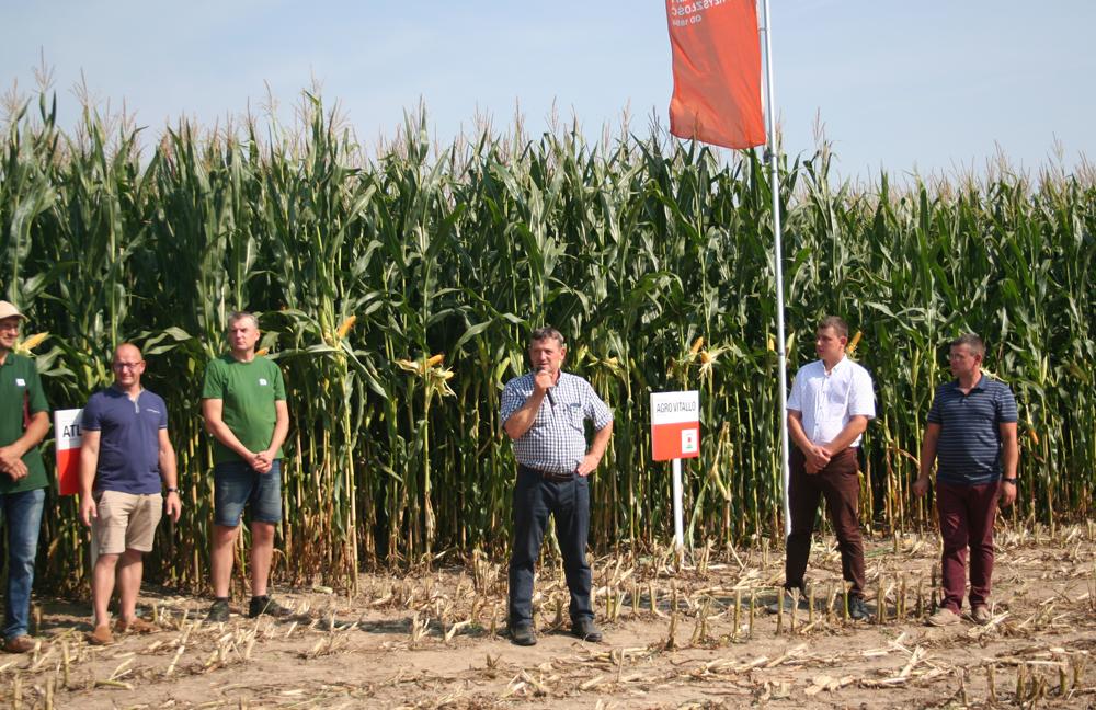 Wiesław Kulesza wraz z synem Pawłem (drugi od prawej) wita przybyłych na Dzień Kukurydzy