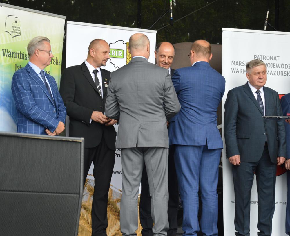 Grzegorz Wojtkielewicz (drugi z lewej) po otrzymaniu odznaki Załużony dla Rolnictwa