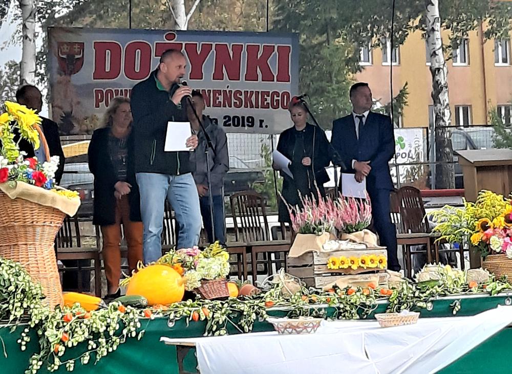 Grzegorz Wojtkielewicz przekazuje gratulacje wyróżniającym się hodowcom bydła mlecznego powiatu sejneńskiego