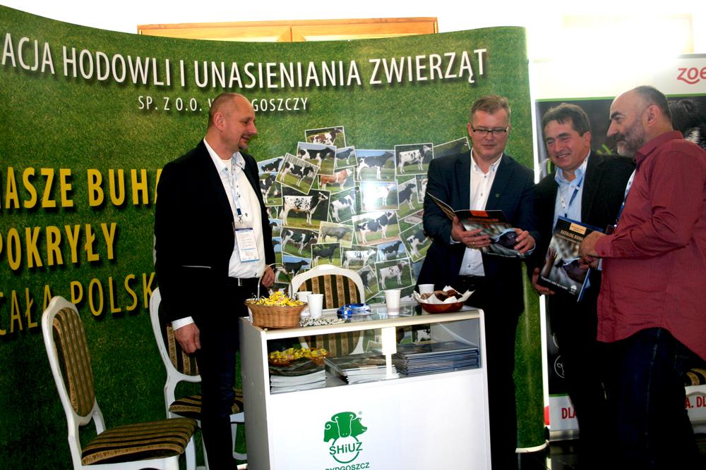 Dariusz Gawroński i Grzegorz Wojtkielewicz z hodowcami na stoisku SHiUZ. Konferencję Zarządzanie rozrodem bydła na podstawie informacji uzyskiwanych z oceny wartości użytkowej bydła