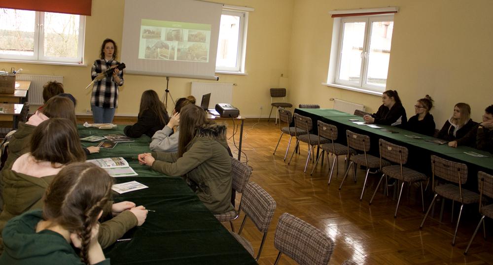 lek. wet. Marietta Gąsiorowska prowadzi lekcję pokazową dla uczniów Technikum TEB Edukacja